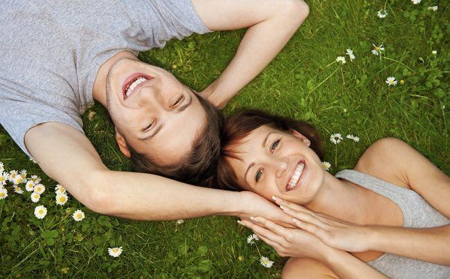 Пара лежить на траві