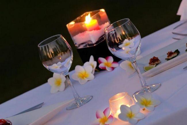 Квіти і свічки, мабуть, головні атрибути