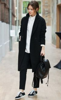 брюки з пальто і рюкзак