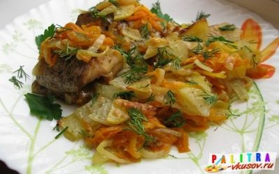 Щука запечена в духовці з картоплею
