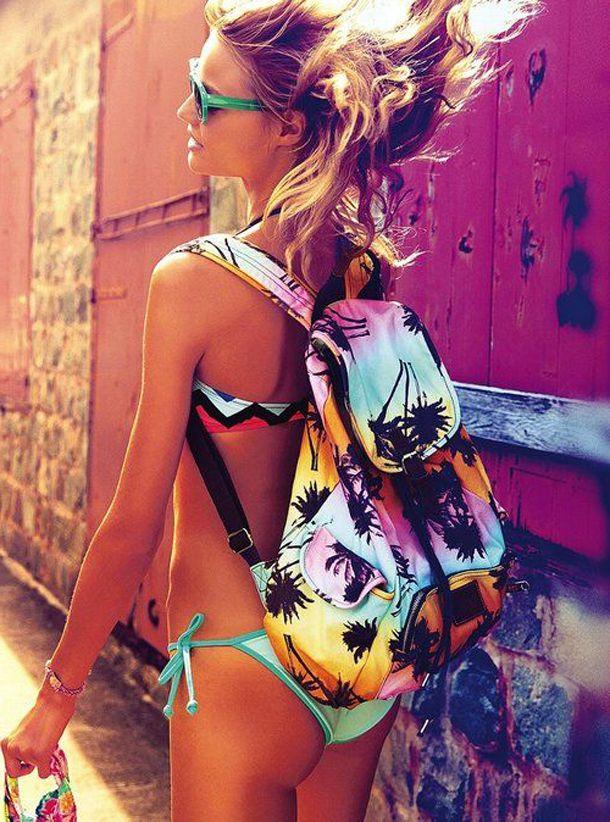 Дівчина в купальнику з рюкзаком
