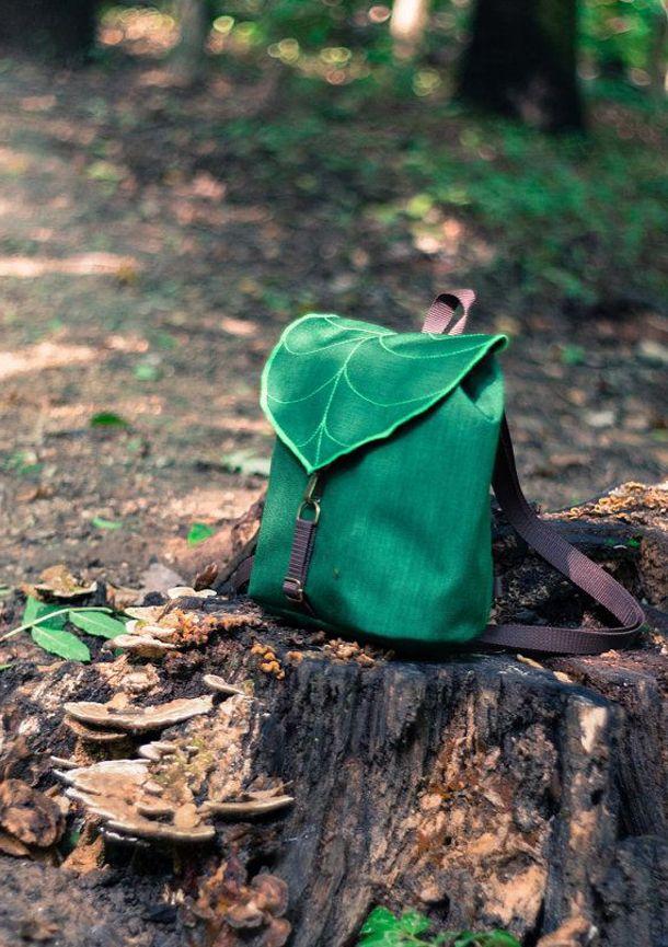 Рюкзак на пеньку в лісі